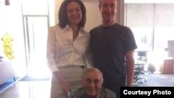 Foto tomada del perfil en Facebook de Sheryl Sandberg, responsable de operaciones de la red social, junto a su fundador, Mark Zuckerber, y la usuaria más longeva, Florence Detlor. [Foto: Facebook]