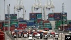 2015年2月17日,美国加州长滩港内货运卡车堵塞的状况。