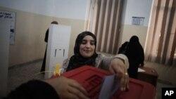 Libijka glasa na biračkom mestu u Starom gradu u Tripoliju