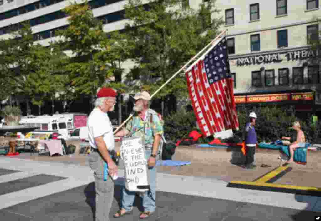 老人扛着抗议大公司的旗子