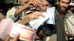 د اګست پر لسمه یو ډالر په څه باندې ۶۲ افغانیو خرڅیده