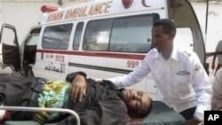 ພະຍາບານເກັບກູ້ຊາກສົບ ທີ່ບໍ່ຮູ້ວ່າແມ່ນຂອງໃຜ ອອກຈາກ ໂຮງແຮມ Jazeera ຊຶ່ງຖືກລະເບີດ 2 ລູກ ແຕກໃສ່ ແລະເປັນ ບ້ານພັກຢູ່ຊົ່ວຄາວຂອງປະທານາທິບໍດີຄົນໃໝ່ຂອງໂຊມາເລຍ ທ່ານ Hassan Sheikh Mohamud ໃນນະຄອນຫລວງ Mogadishu ເມື່ອວັນທີ 2 ກັນຍາ 2012.