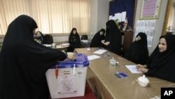 一名伊朗婦女星期五在德黑蘭進行議會決選投票