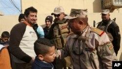 Граждане Мосула поздравляют командующего, генерала Рияда Джалал Тавфика (второй справа), с занятием восточной части города. Ирак. 18 января 2017 г.