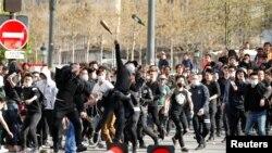 Les manifestants lancent des bouteilles sur les CRS à Paris, France, le 2 avril 2017.