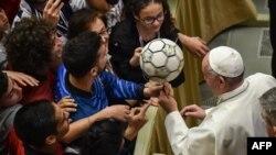"""Le pape François joue avec un ballon de football lors d'un événement intitulé """"Le football que nous aimons"""" (""""Il calcio che amiamo"""") organisé par le journal sportif italien """"La gazzetta dello sport"""" et la fédération italienne du football FIGC le 24 mai 2019 à"""