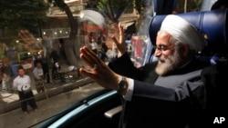 伊朗當選總統魯哈尼向支持者揮手.