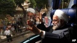 Prezidan eli Iran an, Hasan Rowhani, pandan l ta p fè kanpay 10 jen pase a nan vil Sanandaj, nan lwès Iran. (Foto 10 jen 2013)