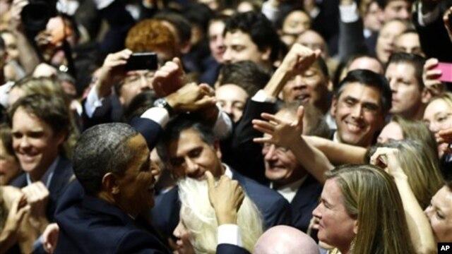 20일 미국 워싱턴 국립건축박물관에서 바락 오바마 2기 대통령 취임식을 하루 앞두고 열린 리셉션에서 지지자들과 인사하는 오바마 대통령.