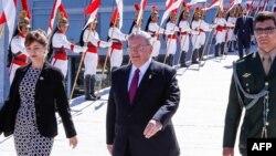 Foto entregada por la presidencia de Brasil muestra al embajador de Grecia en el país, Kyriakos Amiridis (centro), luego de presentar credenciales al presidente brasileño Michel Temer el 25 de mayo de 2016.