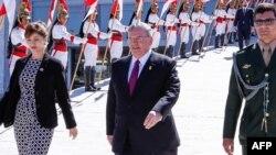 巴西总统府公布的照片显示,2016年5月25日希腊驻巴西大使艾米里迪斯(中间男子)在巴西首都巴西利亚。