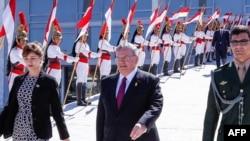 Duta Besar Yunani untuk Brazil, Kyriakos Amiridis (tengah), dalam sebuah acara di Brasilia. (Foto: Dok)