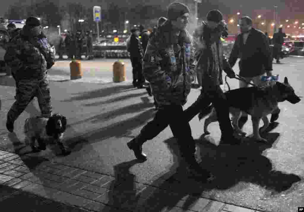 莫斯科多莫杰多沃国际机场受到自杀式爆炸袭击之后,俄罗斯警察带着警犬赶入机场搜查