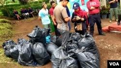 Tumpukan sampah berhasil dibersihkan dari Taman Wisata Alam Tretes, Pasuruan, pada peringatan Hari Peduli Sampah Nasional 2019 (foto Petrus Riski/VOA).
