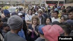 Nancy Izzo-Jackson (centro), vicesecretaria adjunta para la Oficina de Población, Refugiados y Migración del Departamento de Estado de EE.UU. visita una feria artesanal de refugiados organizada por la Asamblea Nacional de Ecuador y ACNUR, en el Día Mundial de los Refugiados, el 20 de junio de 2018. Foto: Cortesía de Embajada de EE.UU. en Quito.