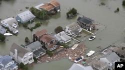 Banjir menggenangi kawasan permukiman di kota Seaside, New Jersey pasca badai Sandy (30/10).