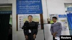 ကမာၻ႔ဘဏ္ ဥကၠ႒ Jim Yong Kim ရန္ကုန္တိုင္း တြင္းက ေဆး႐ံုကို လာေရာက္ေလ့လာခဲ့စဥ္။ (ဇန္နဝါရီ ၂၆၊ ၂၀၁၄)