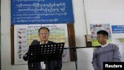 ကမၻာ့ဘဏ္အဖဲြ႔ ဥကၠ႒ Jim Yong Kim ေျမာက္ဒဂံုၿမိဳ႕နယ္ေဆး႐ံုမွာ က်န္းမာေရးေထာက္ပံ့မႈေပးမယ့္အစီအစဥ္ သတင္းစာရွင္းလင္းပဲြေပးေနစဥ္။ (ဇန္နဝါရီ ၂၆၊ ၂၀၁၄)