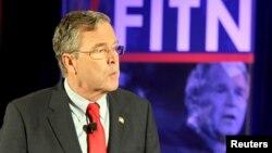 Džeb Buš ispred slike svog starijeg brata 43. američkog predsednika Džordža buša mlađeg u Nju Hempširu prošlog meseca.