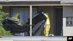 Un equipo de limpieza de materiales peligrosos ingresó al departamento del individuo diagnosticado con ébola en Dallas para desinfectar el lugar.