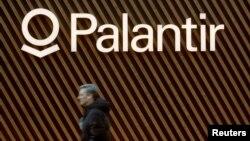 Logo perusahaan peranti lunak Palantir Technologies tampak di Davos, Swiss, 22 Januari 2020. (Foto: Reuters)