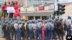 La police disperse des manifestants à Harare, Zimbabwe, 14 mars 2016.