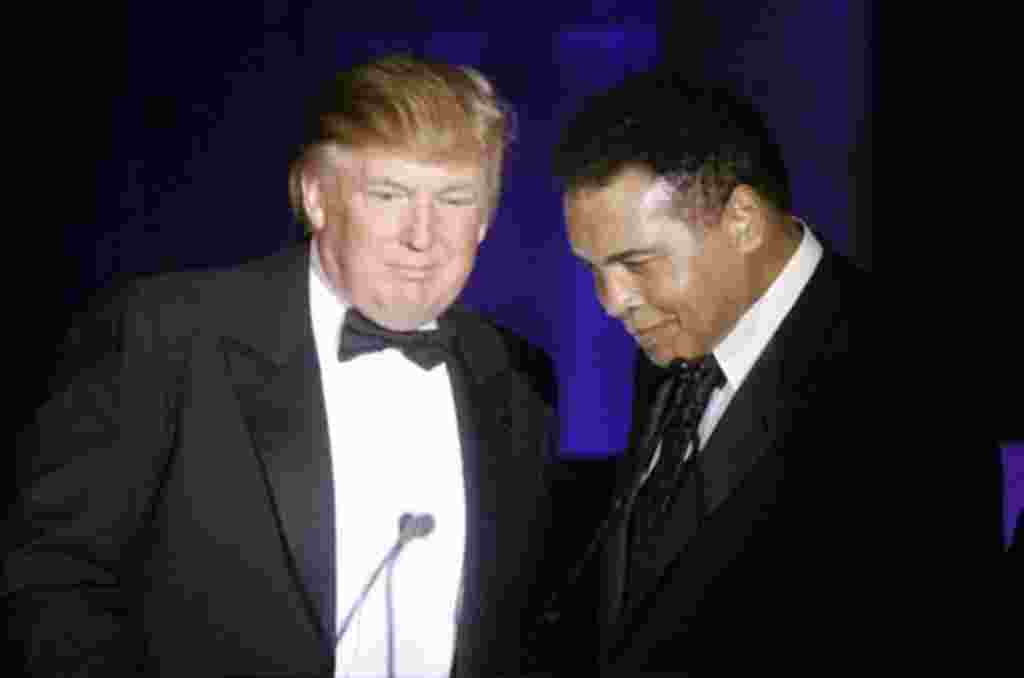 """Donald Trump, izquierda, acepta su premio """"Muhammad Ali"""" de manos del mismo Ali Muhammad en Phoenix, Arizona."""