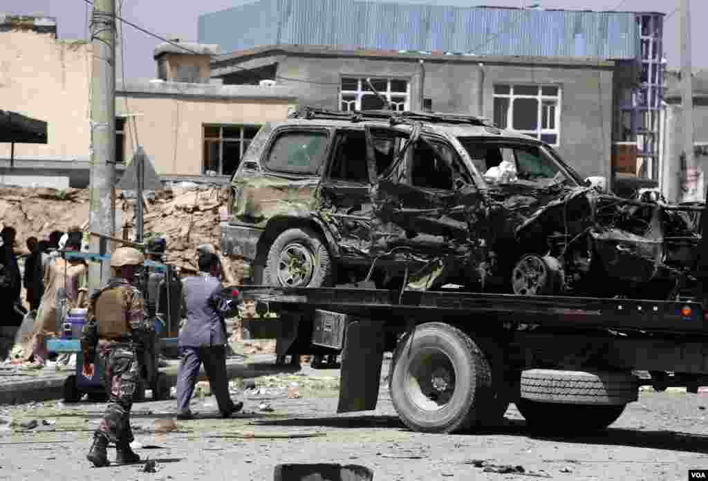 حملۀ انتحاری بر کاروان حامل ایوپول در کابل که سه کشته و ۲۰ زخمی برجاگذاشت.