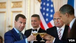 Presiden AS Barack Obama dan Presiden Rusia Dmitry Medvedev saat menyepakati perjanjian START di Praha, Republik Ceko, 8 April 2010.