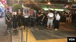 香港市民在荃湾警察首次实弹枪击示威者的地点举行默站纪念。(美国之音海彦拍摄 2019年11月1日)