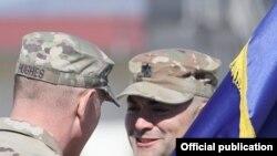 Nga një ceremoni e ndërrimit të komandës së forcave amerikane në Kosovë