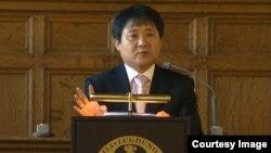 북한의 대남공작기구인 통일전선부 출신 탈북자 장진성 씨가 18일 네덜란드 명문 라이든대학에서 강연하고 있다.