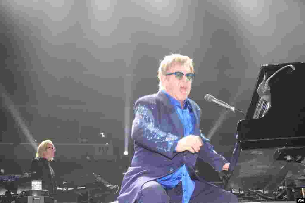 Elton John a ritmo de Rock and Roll hizo delirar a sus fanáticos con cada uno de sus temas.