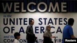 Des passagers arrivent à l'aéroport de Washington DC, le 26 juin 2017.