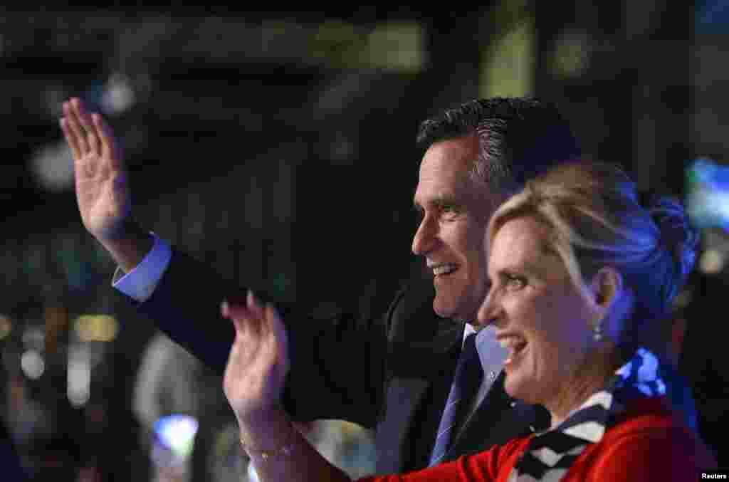 Кандидат в президенты США от республиканской партии Митт Ромни и его жена Энн во время церемонии открытия Олимпийских игр