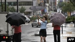 Mưa và gió mạnh trong thủ đô Seoul của Nam Triều Tiên do ảnh hưởng của bão Muifa