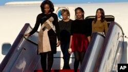 美國第一夫人米歇爾‧奧巴馬帶著兩個女兒和她的母親抵達中國北京國際機場。(2014年3月20日)