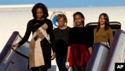 미국 바락 오바마 대통령의 부인 미셸 여사(왼쪽)가 20일 어머니, 두 딸과 함께 중국을 방문했다. 이번 방문은 시진핑 중국 국가주석의 부인 펑리위원 여사의 초청으로 이뤄졌다.