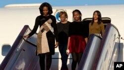 美国第一夫人米歇尔•奥巴马带着两个女儿和她的母亲抵达中国北京国际机场。(2014年3月20日)