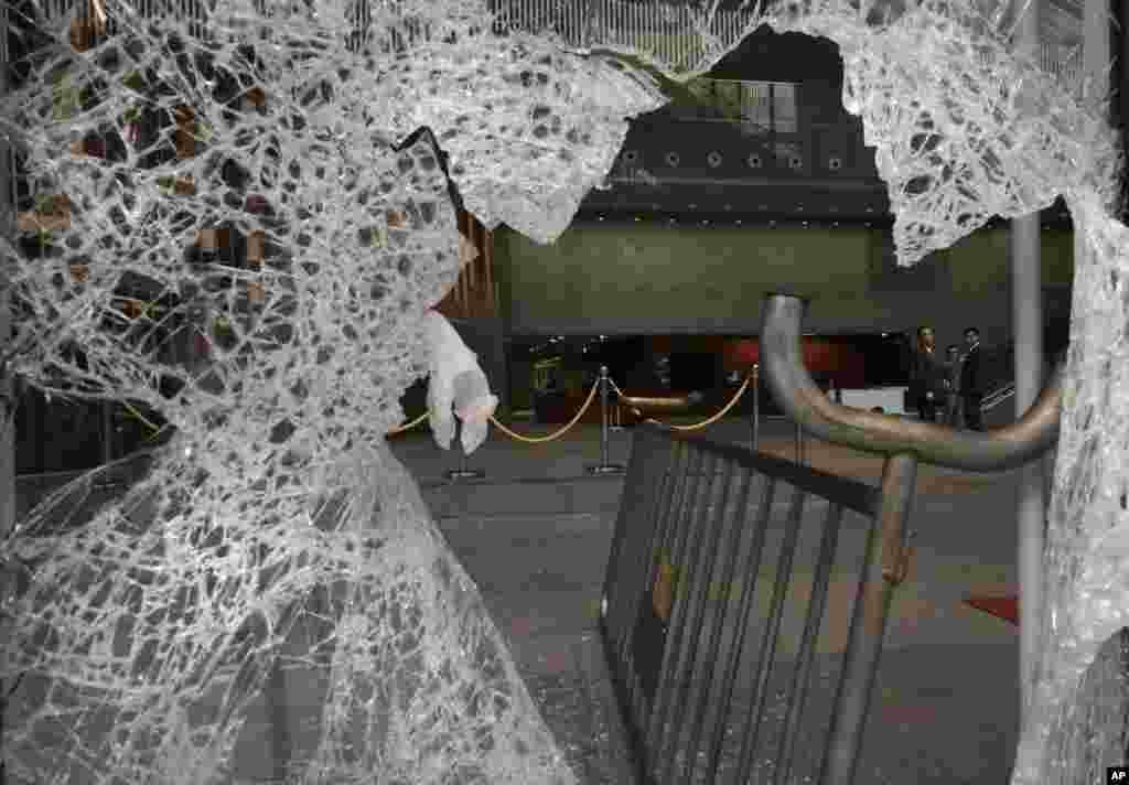 Kaca pecah akibat demonstran yang mencoba masuk ke Badan Legislatif di Hong Kong, 19 November 2014.