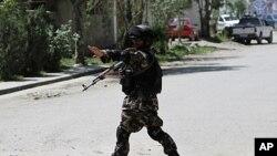 کابل: مولوی ارسلا رحمانی کے گھر کے سامنے پہرے پر تعینات ایک فوجی