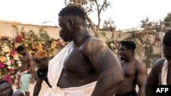 Les lutteurs sénégalais se préparent à débuter leur programme d'entraînement à Petit Mbao le 29 mars 2021.