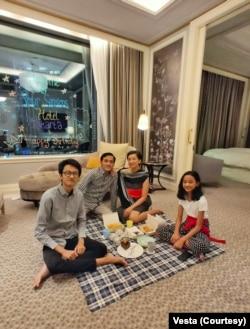 Vesta dan keluarga menikmati staycation. (Foto: Vesta/pribadi)