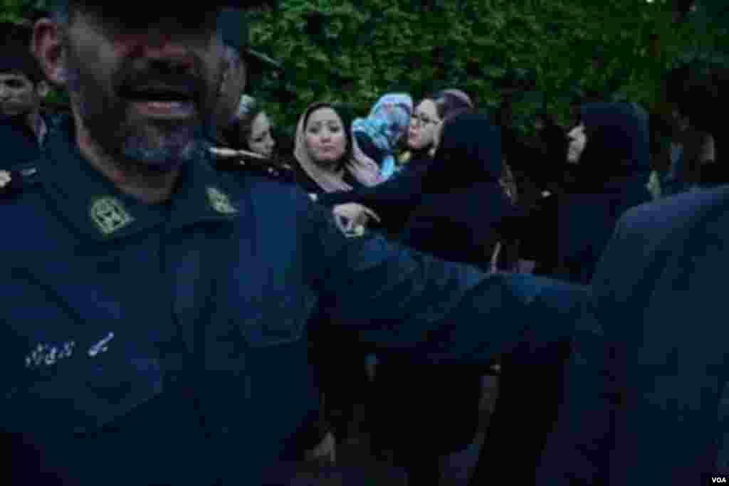"""پلیس مانع برگزاری یادبود """"ستایش"""" شد. گزارشهای شهروند خبرنگاران از تهران حاکی از برخورد شدید نیروی انتظامی با افرادی است که قصد داشتند در مقابل سفارت افغانستان، برای """"ستایش"""" دختر ۶ ساله افغان شمع روشن کنند. خبرگزاری ایسنا نیز با انتشار خبر دستگیری افغانهای حاضر در تجمع، وقوع """"درگیریهایی پراکنده"""" را تایید کرده است. به دنبال تجاوز به یک دختر خردسال افغان در ورامین و قتل او توسط یک نوجوان ۱۷ ساله، موجی از ابراز نفرت از این واقعه و همدردی با خانواده قربانی در شبکههای اجتماعی به راه افتاد و فراخوانی برای تجمع مقابل سفارت افغانستان در غروب روز دوشنبه شکل گرفت."""