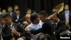 中国全国人大关于李飞在香港介绍北京有关香港政改立场时,梁国雄在现场抗议,被保安人员拖走。(2014年9月1日资料照片)