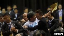 Polisi Hong Kong memaksa anggota legislatif Leung Kwok-hung keluar dari ruangan di mana Li Fei berpidato di Hong Kong (1/9).