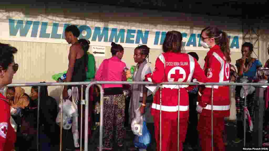Des migrants font la queue pour se faire enregistrer par les autorités italiennes à Catane, Sicile, 6 ocotbre 2015 (Nicolas Pinault/VOA).