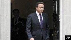 ນາຍົກລັດຖະມົນຕີອັງກິດ ທ່ານ David Cameron ອອກຈາກບ້ານພັກ ທີ່ຖະໜົນ Downing Street ໃນກຸງລອນດອນ ເພອໄປຖະແຫລງຕສະພາ, ວັນທີ 11 ສິງຫາ 2011.