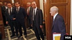 Perdana Menteri Yunani George Papandreou memasuki ruangan untuk rapat kabinet darurat di Athena, Kamis (3/11).