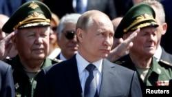 22일 러시아 수도 모스크바 크렘린 궁에서 진행된 나치 독일 침공 75주년 추념행사에 참석한 블라디미르 푸틴(가운데) 러시아 대통령.